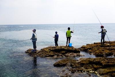 子どもたちが海釣りに挑戦。様になっていますね。