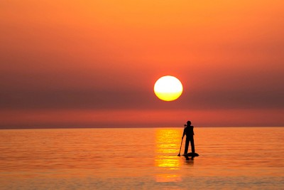 SUPに乗って夕日を楽しむ。幻想的な世界が味わえますよ