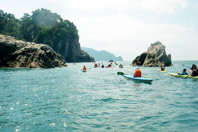 沖と違って波の荒い岩場の間を一気に進みます!