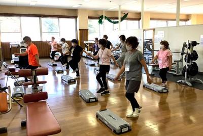 運動メニューのベースの一つ、ステップ運動で心地いい汗を流します