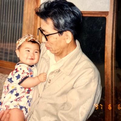 優しいまなざしで抱っこしてくれる祖父