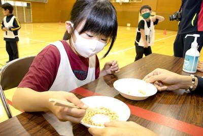 「豆つまみ皿うつし」は箸の使い方に悪戦苦闘する子どもも