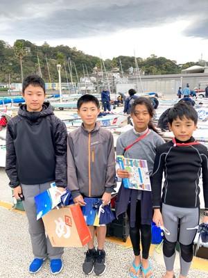 福岡ジュニア海洋クラブの選手たち。 風速16mという条件下で艤装などの準備が大変そうでした