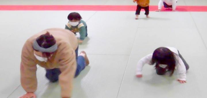 親子でハイハイの競争。運動不足だというお母さんは必死です