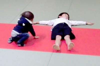 後方に転んだときに頭を打たない練習(後ろ受け身)。なかなか上手く畳を叩けません。