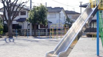 子供たちが遊ぶ公園遊具