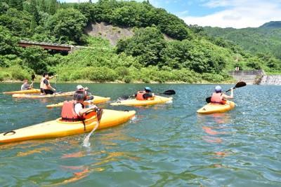 カヌーで湖をツーリングする活動
