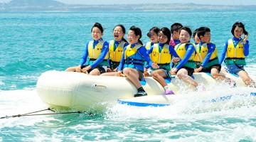 沖縄で子どもたちがバナナボートを楽しむ姿