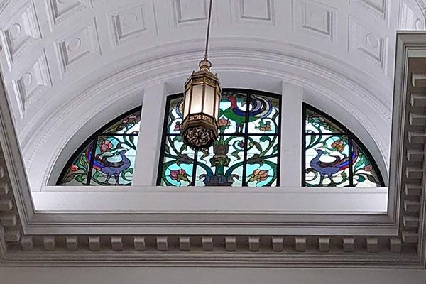 1931年に竣工した国立科学博物館の日本館1Fから撮ったステンドグラス