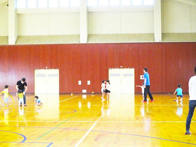 広い体育館でボール投げやフリスビー、フラフープなど存分に遊んでいます。