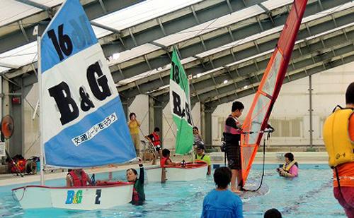 プールでヨットやウィンドサーフィンに挑戦!
