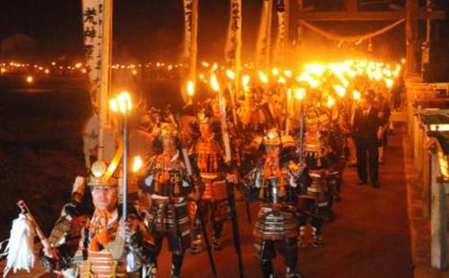 闇夜のなか、松明を手に鎧姿の武者が練り歩く幻想的な祭り